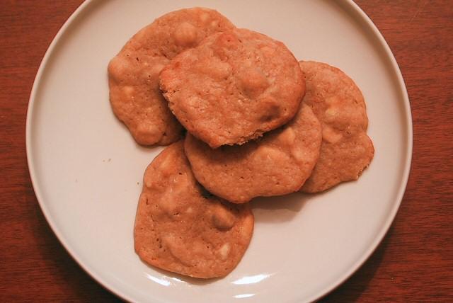 Sausainiai su baltu sokoladu ir riesutais